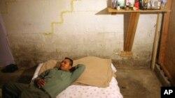 非农业外籍劳工签证持有人托尔夸托·希梅内斯和其他10人睡在田纳西州纳什维尔一栋房屋的地下室内。(2009年9月3日)
