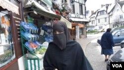 Seorang perempuan Perancis mengenakan jilbab yang menutup seluruh wajahnya