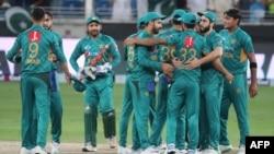 پاکستانی کرکٹ ٹیم کے کھلاڑی دبئی میں نیوزی لینڈ سے ٹی20 جیتنے کے بعد خوشی کا اظہار کر رہے ہیں۔ 4 نومبر 2018