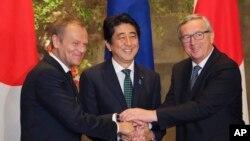 일본을 방문한 유럽연합 장 클로드 융커 상임 집행위원장(오른쪽)과 도널드 터스크 의회의장(왼쪽)이 도쿄 총리 관저에서 아베 신조 일본 총리와 악수하고 있다.