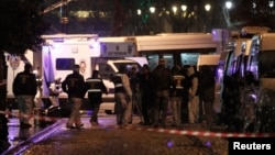 6일 터키 이스탄불의 자살 폭탄 테러 현장을 수사관들이 수색하고 있다.