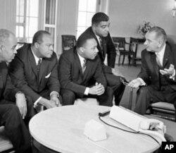 约翰逊总统(右)1964年1月在白宫与民权领袖交谈,左起第三人是马丁.路德.金