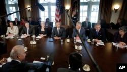 Barack Obama preside la primera reunión de su gabinete con los nuevos secretarios de Defensa y del Tesoro.
