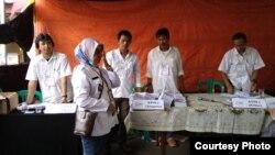 Almarhum Rudi Mulia Prabowo (kedua dari kanan) saat bertugas di TPS 009 Kelurahan Pisangan Baru. (Foto: dokumentasi keluarga).
