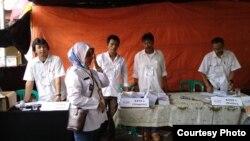 Almarhum Rudi Mulia Prabowo (kedua dari kanan) saat bertugas sebagai Ketua KPPS di TPS 009 Kelurahan Pisangan Baru. (Foto: dokumentasi keluarga)