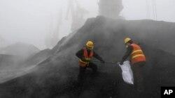 Ảnh tư liệu - Các nhân viên Cục Xuất - Nhập và Kiểm dịch địa phương thu thập mẫu than nhập khẩu từ Nam Phi tại cảng Nhật Chiếu, tỉnh Sơn Đông, Trung Quốc, ngày 24 tháng 2 năm 2010.