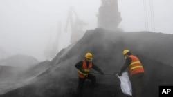 중국 산둥성의 대기오염 유발 시설 현황을 살피고 있는 관계자들. (자료사진)