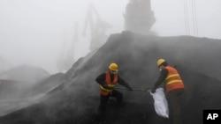 山东省当地检验检疫工作人员在一处煤矿收集煤样品