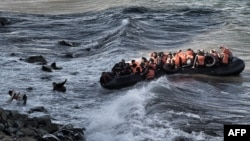Des réfugiés tentent d'atteindre l'île grecque de Lesbos, le 30 octobre 2015. (AFP PHOTO / ARIS MESSINIS)