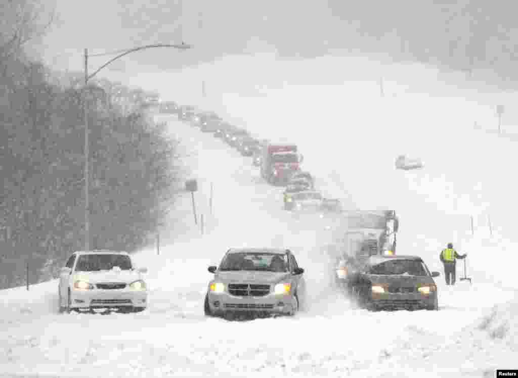 Xe cộ mắc kẹt trong bão tuyết ở thành phố Overland Park, tiểu bang Kansas, Hoa Kỳ.
