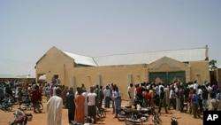 尼日利亞居民圍繞著綁架發生的地點。