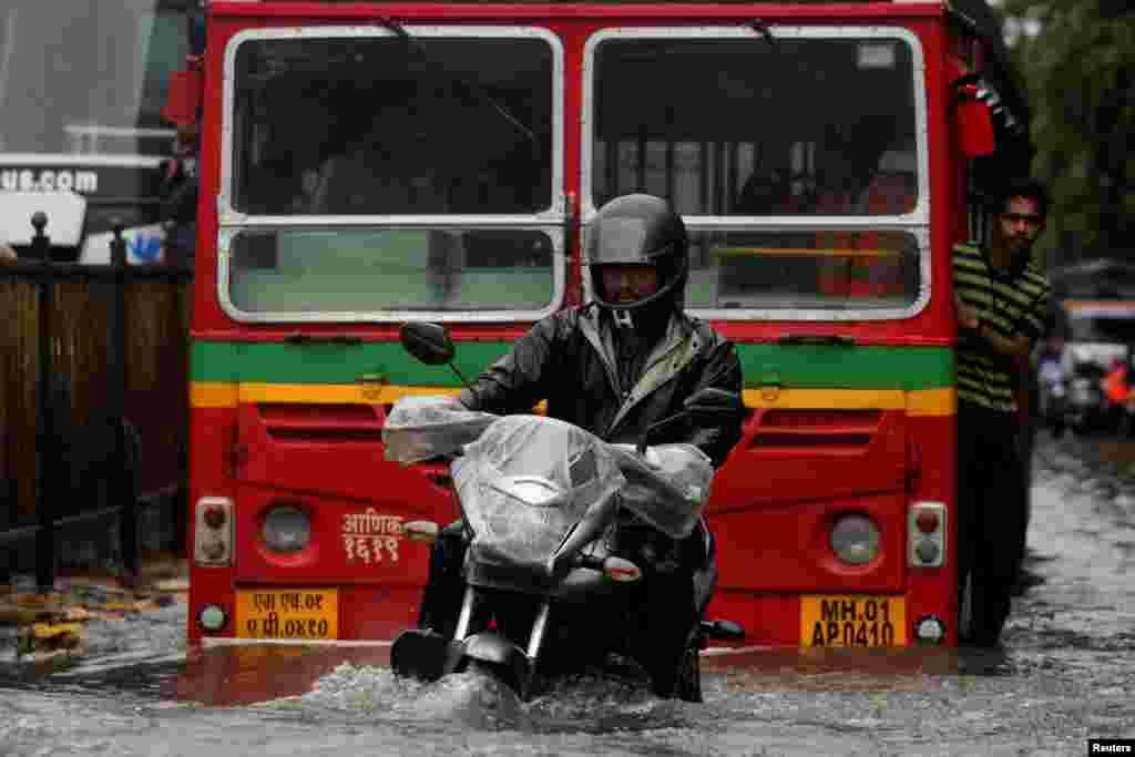 بھارت میں مون سون کی بارشوں کا آغاز یکم جولائی کو ہوا تھا جب کہ ممبئی میں یکم اگست سے بارشوں نے شدت اختیار کی۔