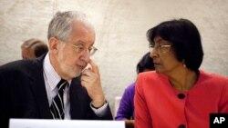 지난해 9월 스위스 제네바에서 열린 유엔 인권이사회 시리아 조사위원회 회의에 참석한 나비 필레이 유엔인권최고대표(오른쪽)와 브라질 출신의 파울로 피네이루 위원장.