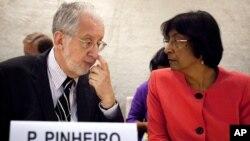 Ketua panel independen penyelidik PBB, Paulo Pinheiro berbicara dengan Komisaris Tinggi HAM PBB Navi Pillay sebelum menyampaikan laporan soal HAM Suriah dalam pertemuan di Jenewa (17/9).
