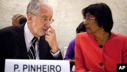 El diplomático brasileño Paulo Sergio Pinheiro conversa con la Alta Comisionada para los Derechos Humanos de la ONU, Navi Pillay, antes de entregar el reporte sobre Siria, en Ginebra, Suiza, el lunes 17 de septiembre de 2012.