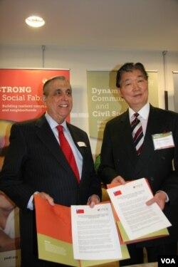 台湾驻美代表沈吕巡与泛美发展基金执行主任约翰桑波洛(美国之音钟辰芳拍摄)