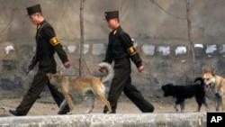 북한 신의주에서 군인들이 압록강변을 순찰하고 있다. 중국 단둥에서 강 너머로 촬영한 사진. (자료사진)