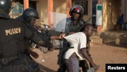 La police arrête un manifestant anti-gouvernemental, Ouagadougou, Burkina Faso, le 30 octobre 2014.