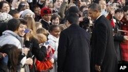 백악관 앞뜰에서 오바마 대통령의 딸 샤샤(흰옷입은 어린이)를 소개받는 후 주석