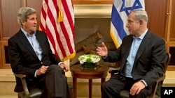 U.S. Secretary of State John Kerry (l) meets with Israeli Prime Minister Benjamin Netanyahu in Jerusalem, June 27, 2013.