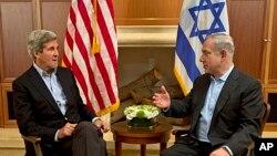 Menlu AS John Kerry (kiri) bertemu dengan PM Israel Benjamin Netanyahu, di Yerusalem (27/6) dalam upaya menghidupkan kembali perundingan damai Israel-Palestina.