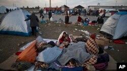 Pengungsi Afghanistan menyelimuti diri untuk berlindung dari dinginnya udara pagi di tempat penampungan sementara, di tempat parkir truk, perbatasan Hungaria-Austria dekat Nickelsdorf, Austria, 23 September 2015. (Foto: dok).