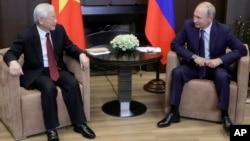 Tổng thống Nga Vladimir Putin (phải) tiếp Tổng bí thư Việt Nam Nguyễn Phú Trọng tại Sochi ngày 6/7/2018.