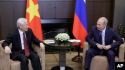 Tổng bí thư Việt Nam Nguyễn Phú Trọng và Tổng thống Nga Vladimir Putin trong một cuộc gặp mặt tại khu nghỉ dưỡng Biển Đen ở Sochi ngày 6/9/2018. Hai nhà lãnh đạo hôm 5/4 đã điện đàm thảo luận nhiều vấn đề trong đó có vận chuyển vaccine của Nga sang Việt Nam.