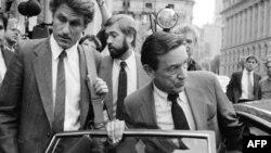 اکتبر 1984، مایک والاس (راست) خبرنگار شبکه تلویزیونی سی بی اس و جرج کرایلی (چپ) تهیه کننده، در حال خروج از دادگاهی در نیویورک به خاطر پرونده شکایتی که علیه شبکه سی بی اس مطرح شده بود.