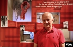 Former US ambassador to Cambodia from 2005-2008, Joseph Mussomeli, who played a very important role in bringing the exhibitions to the US Holocaust Memorial Museum, visiting the museum in Washington D.C. on Memorial Day 2017. (Sreng Leakhena/VOA Khmer)