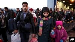 Người di cư và tị nạn xuống phà tại cảng Piraeus, gần Athens, Hy Lạp.