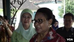 Menteri PPA, Yohana Yembise (kanan) saat berkunjung ke Solo. (VOA/Yudha Satriawan)