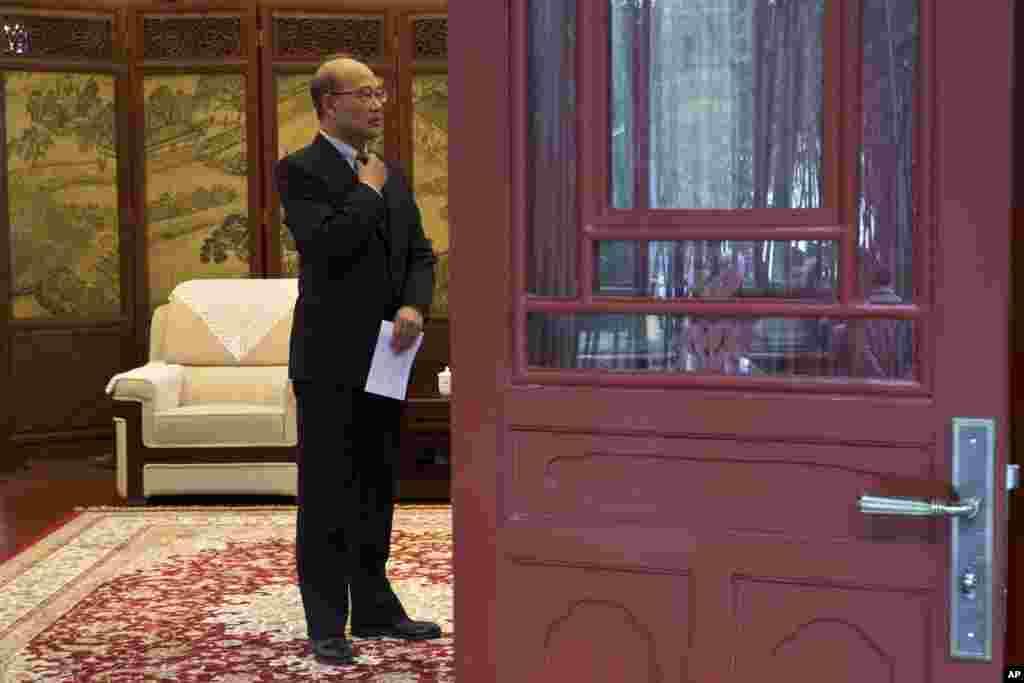 """2014年2月21日,北京大学校长王恩哥在北京大学会见一位贵客之前整理领带。郭文贵多次提到王恩哥。郭文贵给他的公开信说:""""当初应李友要求,由我方有条件的捐给北大十亿人民币……做为北大所谓燕京学堂等三个定点项目的有条件捐赠。但时至今日三个项目无一落实,所以根据相关协议和中华人民共和国捐赠法,现要求北大无条件将十亿人民币捐款以及由此产生的超过四亿元人民币的利息返还于我。""""不久前推特上出现署名王恩哥的账号,批驳郭文贵,表示要坚决捍卫北大名誉。郭文贵说那个账号是真的,还说他后来和王恩哥通了电话,内容保密。"""