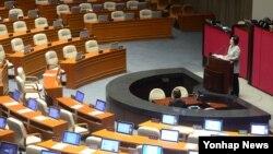더불어민주당 유승희 의원이 24일 여의도 국회 본회의장에서 테러방지법의 본회의 의결을 막기 위한 무제한 토론을 이어가고 있다.