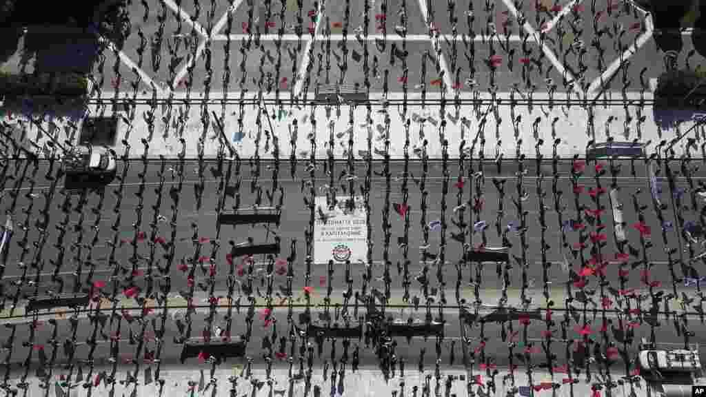 نمایی از بالا، از تجمع روز جهانی کارگران در شهر آتن و خارج از پارلمان یونان که معترضان با رعایت فاصله اجتماعی، تظاهرات خود را برگزار کردند.