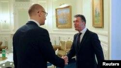 Арсеній Яценюк і генсек НАТО Андерс Фоґ Расмуссен у Києві 7 серпня