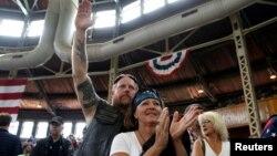 川普星期六在中西部農業州愛奧華的競選集會上民眾正等候川普發言。