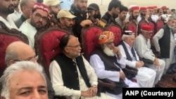 متحدہ اپوزیشن کے رہنما پشاور میں منعقدہ جلسے میں شریک ہیں۔ (فوٹو: بشکریہ اے این پی)