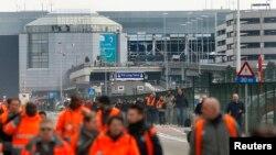 22일 연쇄 폭탄 테러가 발생한 벨기에 브뤼셀 인근 자벤템 국제공항에서 공항 이용객들이 대피하고 있다.