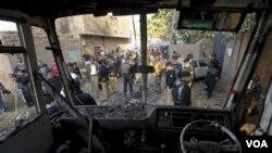 Bus sekolah yang menjadi sasaran serangan bom di pinggiran kota Peshawar.