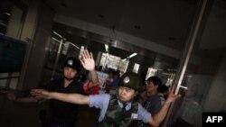 Kineski policajci sprečavaju novinare da uđu u bolnicu u Pekingu u kojoj se sada nalazi disident Čen Guangčeng