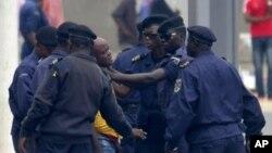 Des policiers arrêtent un journaliste lors d'une manifestation à Kinshasa, 1er septembre 2011.
