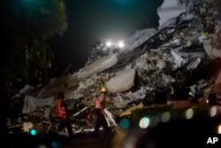 عمارت گرنے سے ہر طرف ملبہ بکھر گیا جس میں ڈیڑھ سو کے لگ بھگ افراد دبے ہوئے ہیں۔24 جون 2021