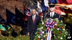 ABŞ prezidenti Barak Obama Arlinqton Fəxri Xiyabanında Naməlum əsgərin məzarı üzərinə əklil qoyur