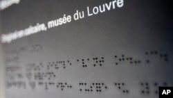 Hàng chữ Braille trong cuộc triển lãm dành cho người mù và khiếm thị tại Bảo tàng Louvre ở Paris.