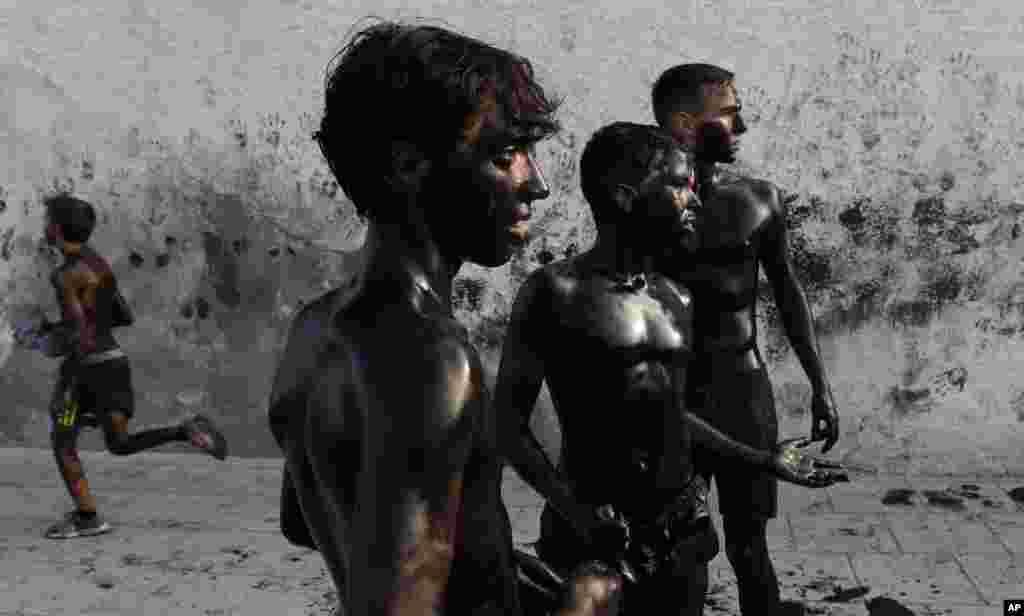 چور کو پکڑنے کے لیے لوگ اس کے پیچھے بھاگے تھے اور چور پر سیاہ رنگ پھینکنے لگے۔
