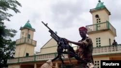 Tentara dari pasukan aliansi pemberontak menjaga masjid tempat Presiden Republik Afrika Tengah yang baru Michel Djotodia shalat Jumat di ibukota Bangui (29/3). (Foto: Dok)