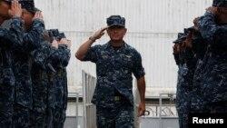 미국의 새 태령양사령관으로 지명된 해리 해리스 태평양함대사령관이 지난 1월 싱가포르에서 임무 중인 미 해군 구축함 스프루어스 호를 방문했다. (자료사진)