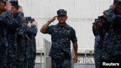 해리 해리스 미 태평양함대사령관이 22일 싱가포르를 방문한 가운데, 미 구축함 해군 장병들의 거수경례에 답하고 있다.