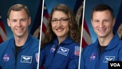 از چپ به راست: نیک هیگ، کریستینا کاچ، و اندرو مورگن - فضانوردان آمریکایی حاضر در ایسنگاه فضایی بینالمللی ۲۰۱۹